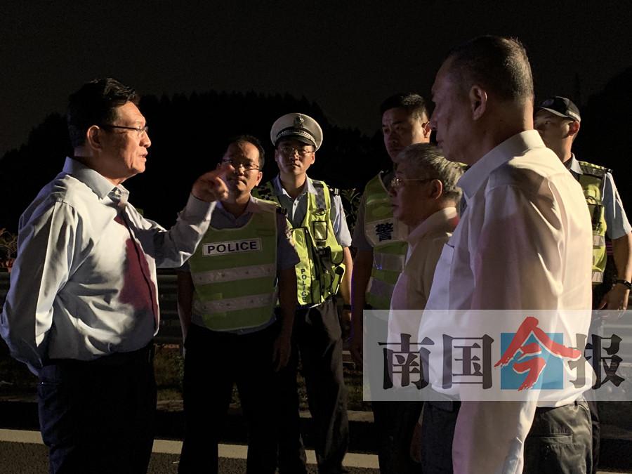 泉南高速发生交通事故 半挂车追尾小车致5人遇难