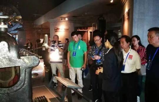 华文媒体采访团去了柳州这些地方后,对广西工业竖起大拇指