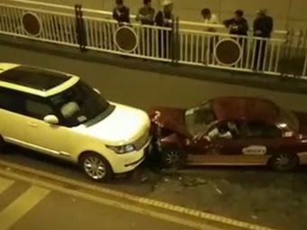 10月20日焦点图:路虎逆行撞出租车 司机是谁?