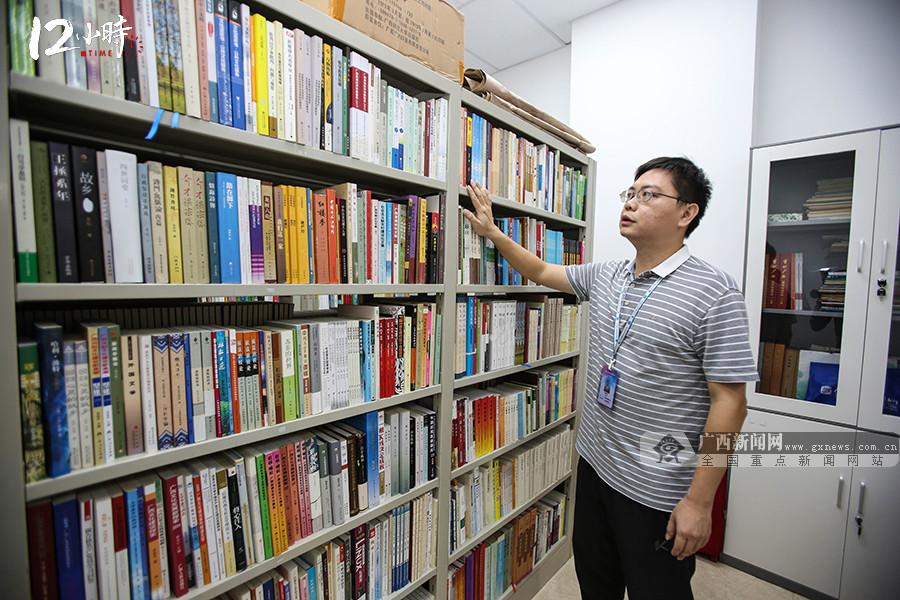 【12小时】1天至少要打2小时电话跑N个点,图书馆先锋兵10年征集文献8万余册