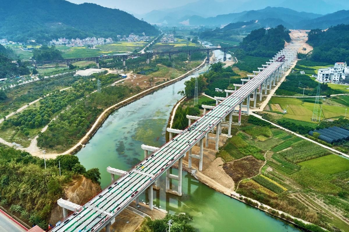 10月24日焦点图:荔玉高速蒙山段西马大桥加紧作业