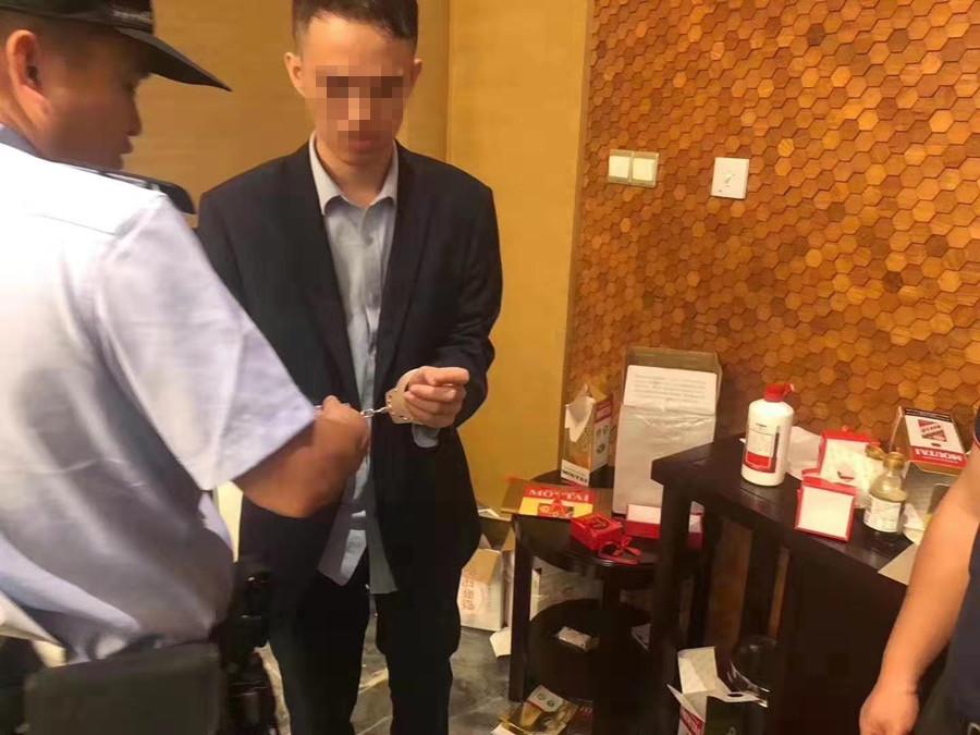 10月25日焦點圖:南寧一酒店服務員偷換客人真茅臺