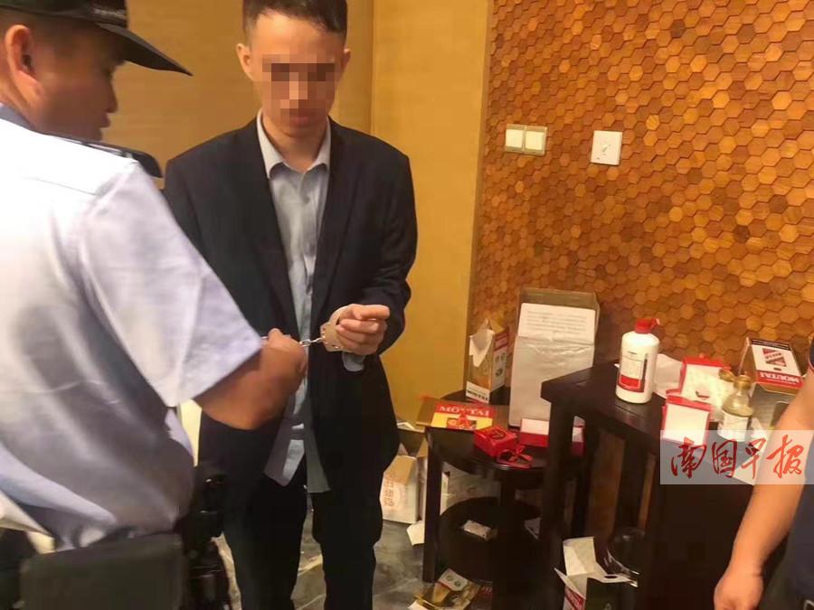 10月25日焦�c�D:南��一酒店服��T偷�Q客人真茅�_
