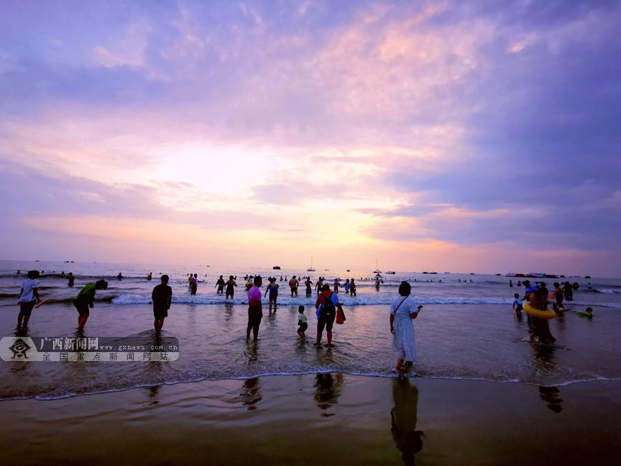 北海:海浪追逐游人如织 秋韵银滩游人旺(组图)