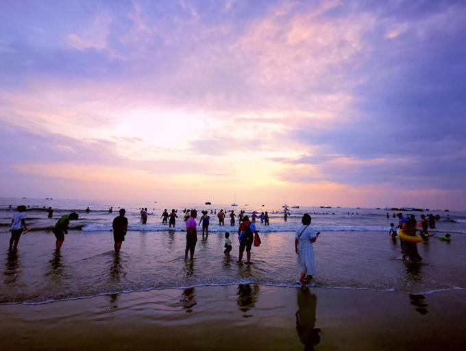 北海:海浪追逐游人如織 秋韻銀灘游人旺(組圖)