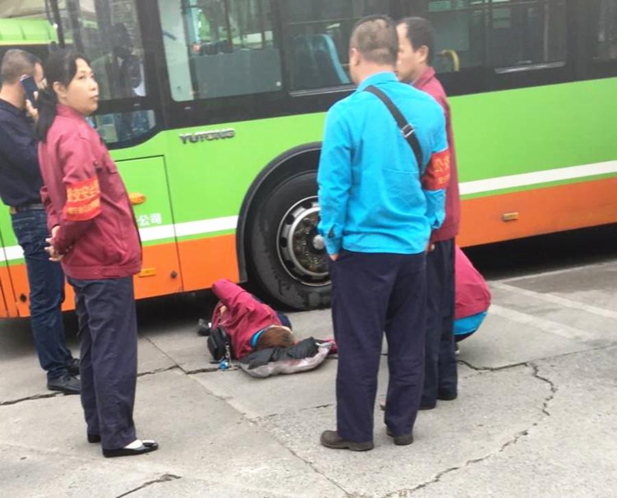 蹲在車輛盲區玩手機 南寧一公交車司機被撞倒在地