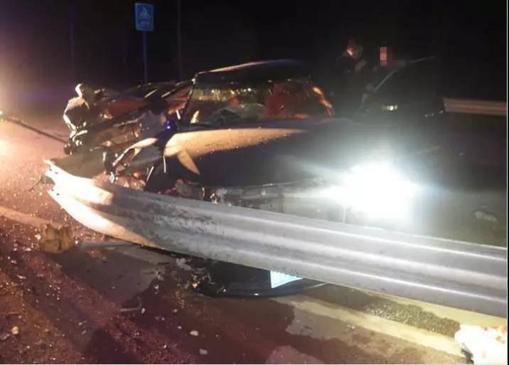 10月28日焦点图:对向车灯刺眼 女子驾车撞护栏男友身亡