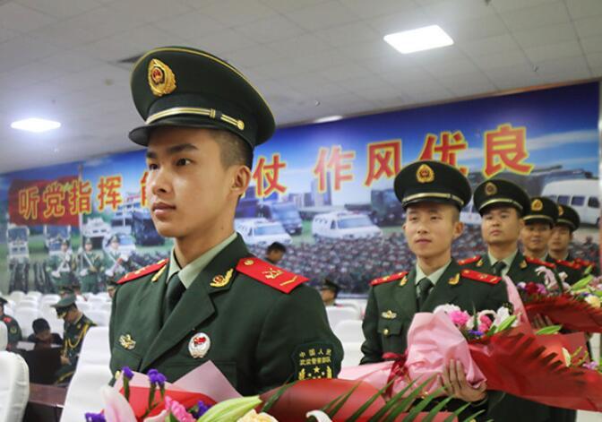 广西来宾:干部、士官晋升警衔 家属见证荣耀时刻