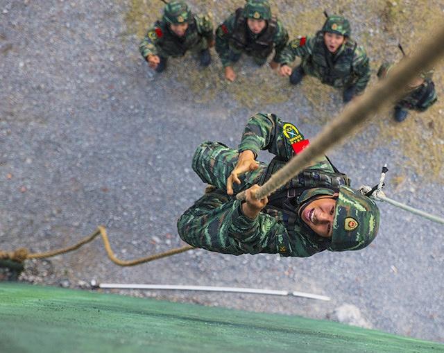 Pinchehui贺州:武警特战队员开展强化训练
