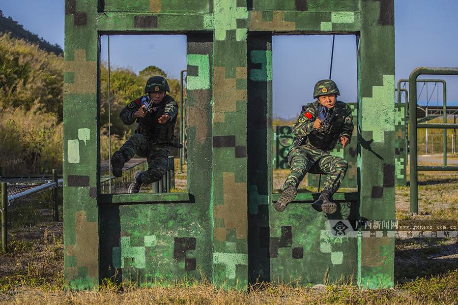 广西贺州:武警特战队员开展强化训练