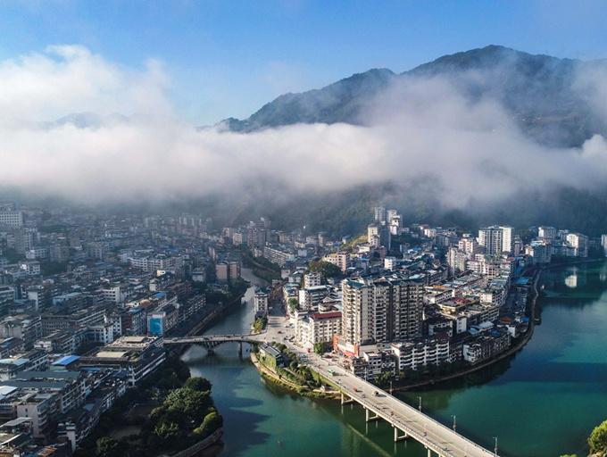 廣西龍勝:霧繞山城美如畫