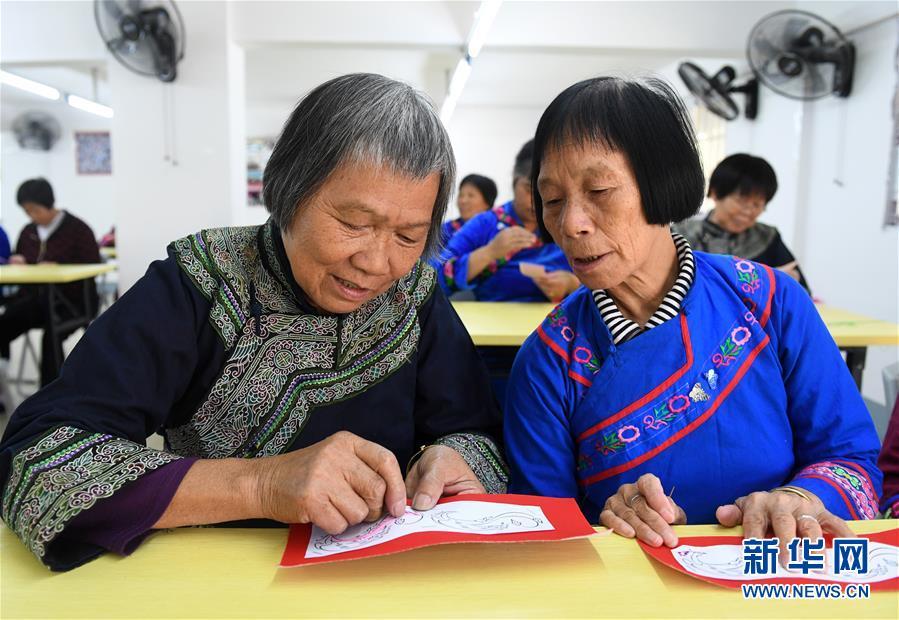 广西罗成:学刺绣 促致富