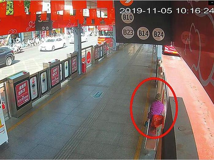 11月7日焦点图:谁在BRT站台落下3.5万元现金?