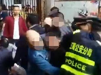 南宁:亲兄弟醉酒后在校门口闹事 还殴打围观群众