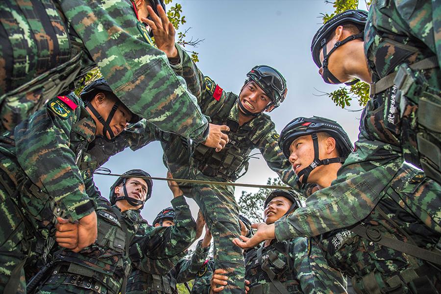 廣西玉林:武警特戰隊員野外駐訓趣事多(組圖)