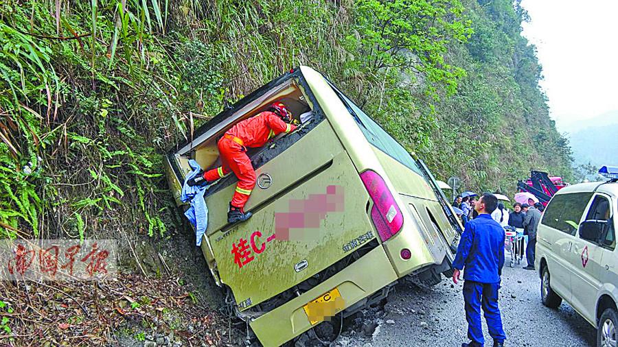 11月14日焦�c�D:�d34人大巴失控撞山致3人重��
