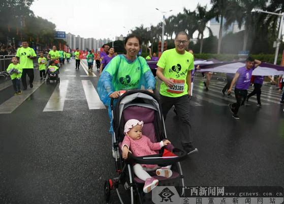 一对小夫妻带着婴儿参加比赛