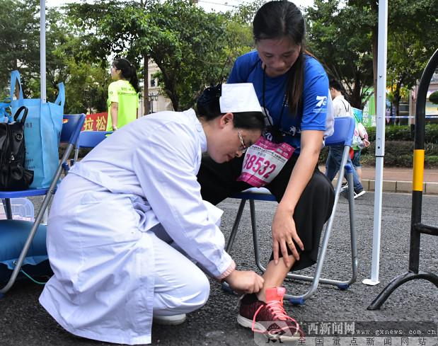 一名脚部受伤的选手得到及时处置