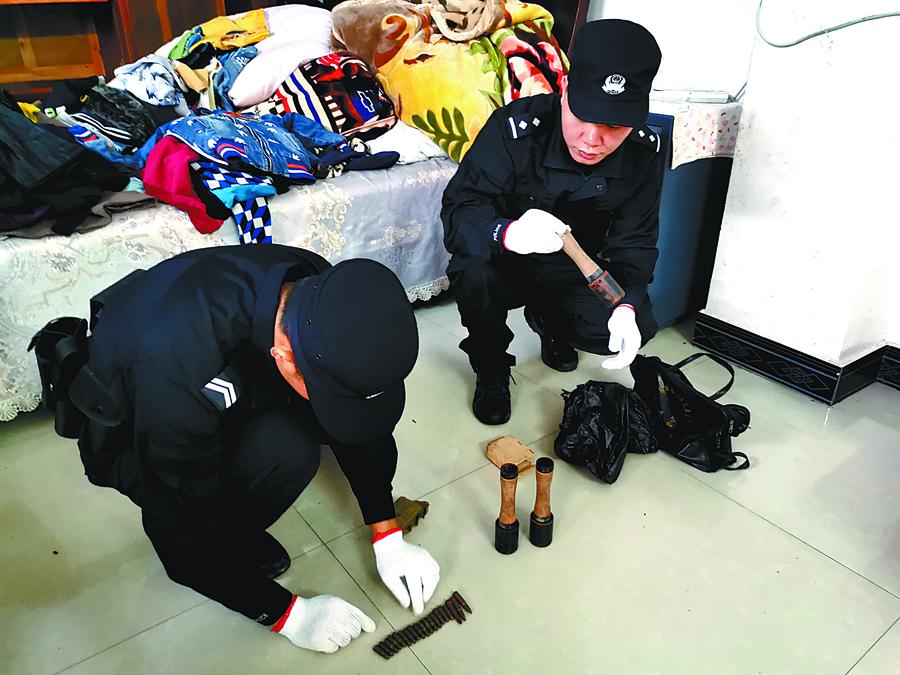 焦点图:村民整理物品发现3枚手榴弹