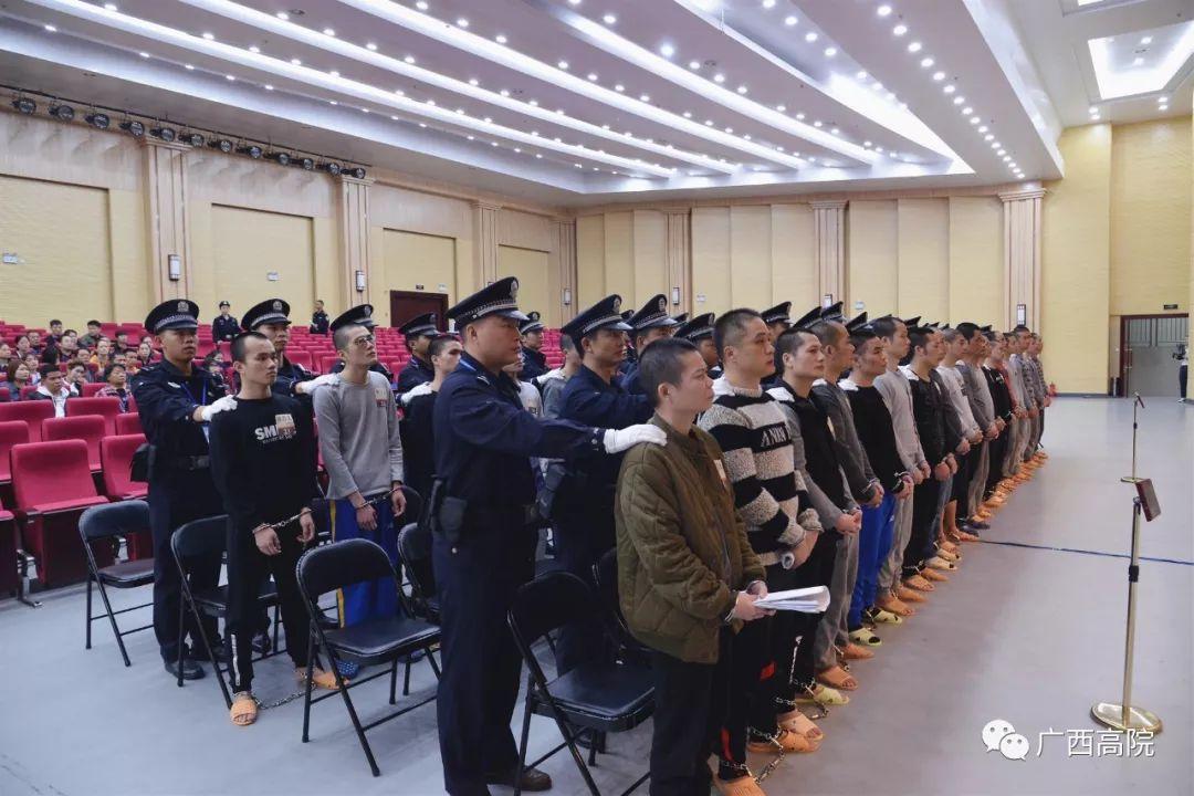 """武鸣""""府城帮""""42名成员涉黑案开审 被控12项罪名"""