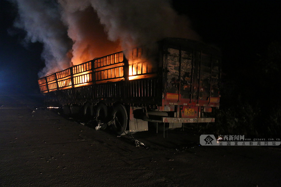 装载蓄电池的拖挂车行驶途中起火 消防紧急扑救