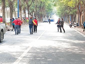 11月27日焦点图:南宁一群老人跳广场舞跳到路中央