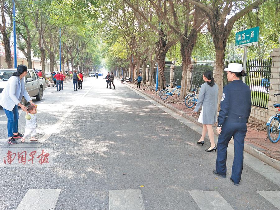 11月27日焦�c�D:南��一群老人跳�V�鑫杼�到路中央