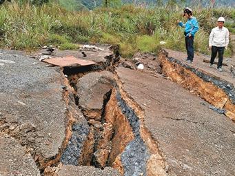 11月29日焦点图:靖西发生4.3级余震 地面开裂