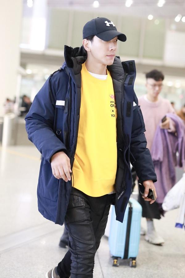 张亮宣布离婚后首现身秀大长腿  穿黄色上衣青春亮眼表情严肃