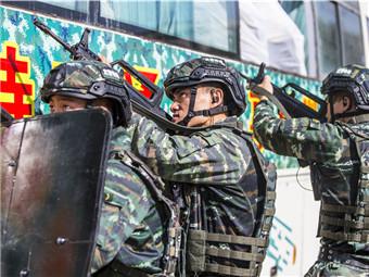 决胜?#32622;?#38388;!直击武警特战队员大巴车反劫持演练