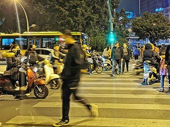 记者在街头采访:斑马线上,为何总是行人让电驴