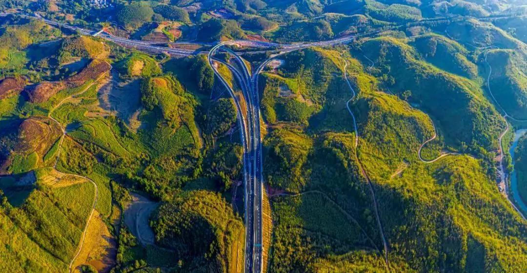高清:崇水高速12月9日全线通车 南疆驰道风光旖旎