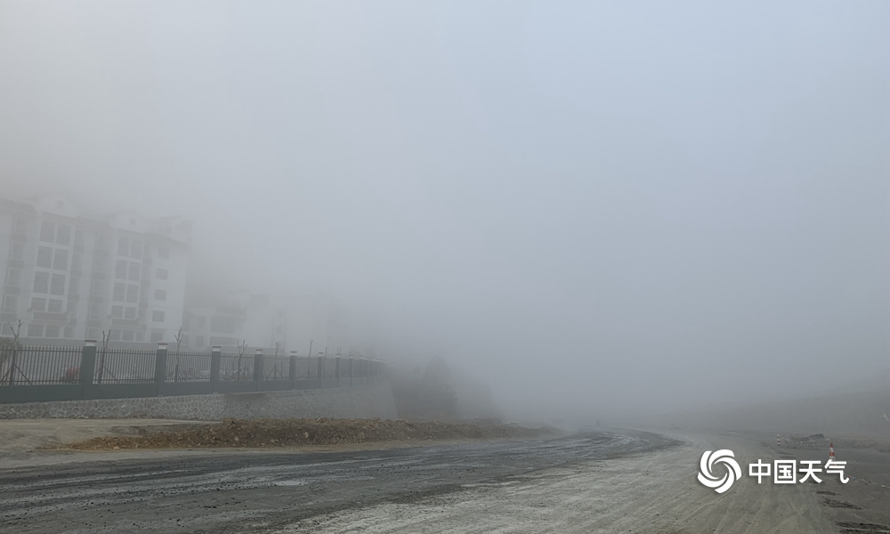 百色西林高山现大雾 最低能见度不足百米(组图)