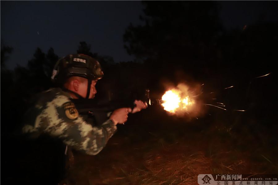 高清:突出实战!武警玉林支队特战队员夜间丛林训练