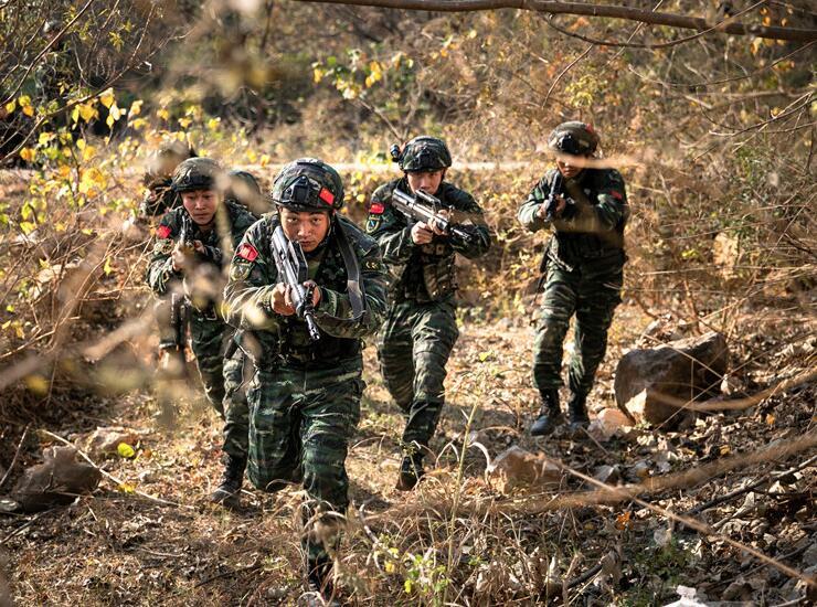 高清:武警特战队员断崖边打响边境封控战斗