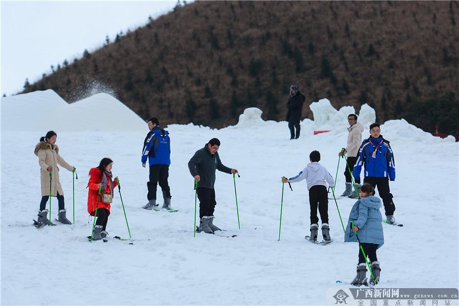 高清组图:桂林天湖滑雪场开场迎客 乐翻爱雪人士