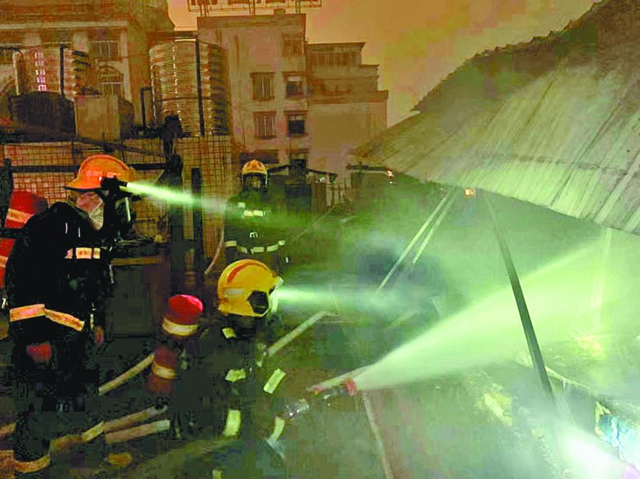 贺州一商用楼楼顶发生火灾 7人乌龙自救遭遇险情