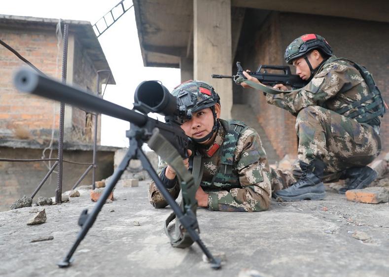 武警钦州支队:特战队员开展城市综合反恐演练