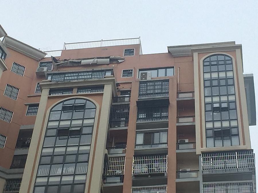 深夜巨响惊醒南宁一小区业主:楼顶违建房子塌了?