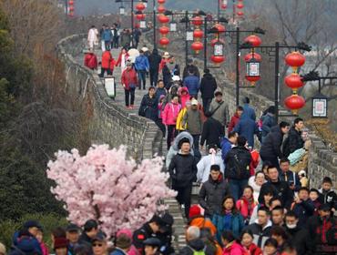 南京民众登上明城墙迎新年