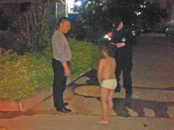 娃不听话,父亲冬夜让他只穿内裤罚站,你怎么看?