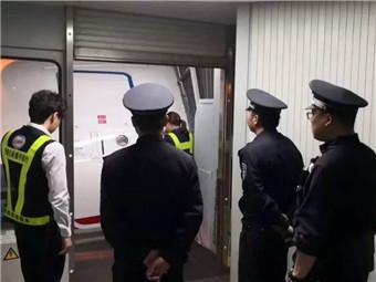西安飞北海的航班上 一男子在飞机厕所偷偷干这事