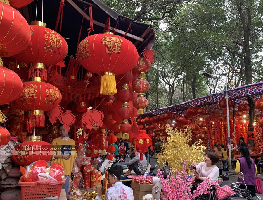 高清:大红灯笼高高挂 首府市民购年货迎新春