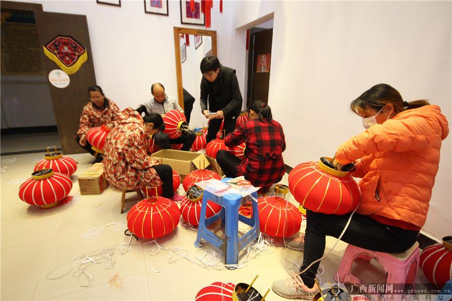 高清组图:广西瑶乡狮子灯笼启程助力央视春晚