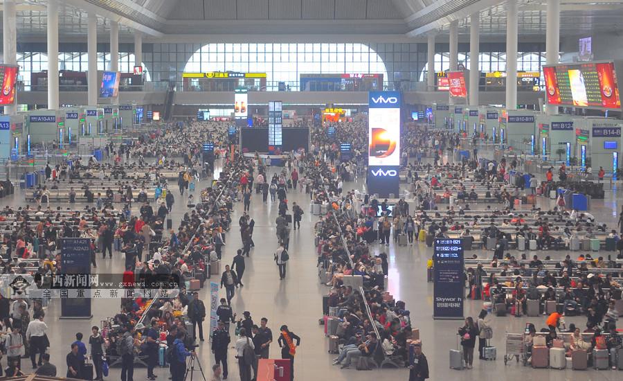 直击春运首日:南宁火车东站迎来众多回家旅客
