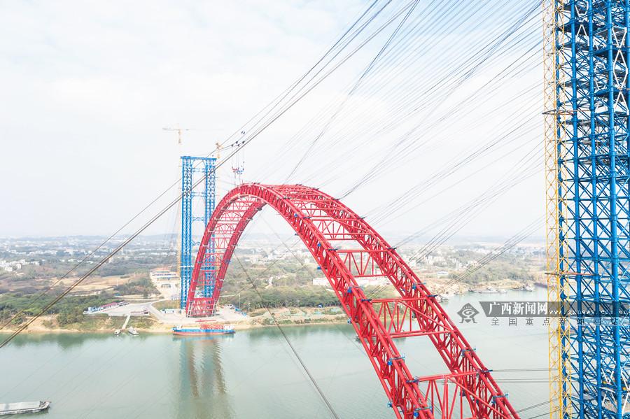 """1月11日焦点图:""""世界第一拱""""平南三桥主拱实现高精度合龙"""