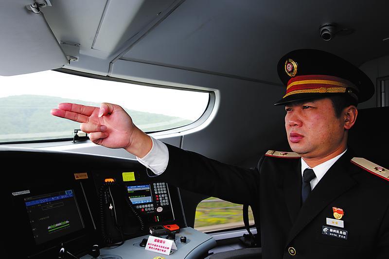 """25年驾龄火车老司机:4本驾照见证""""中国速度""""(图)"""