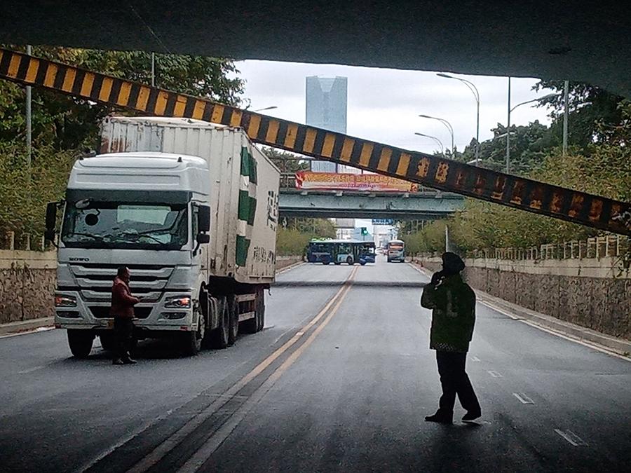 货柜车撞断限高梁 7趟公交车运行中断