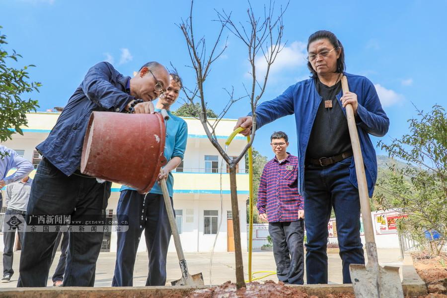鬼子等广西名家一行访基层 赠书博中为山村小学种树