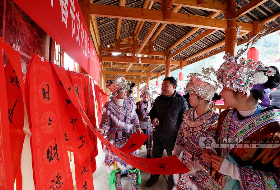 【新春走基层】广西融安县:新年春联送进苗寨